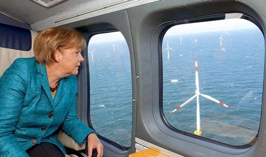 Německá kancléřka Angela Merkelová při přeletu nad větrnou farmou