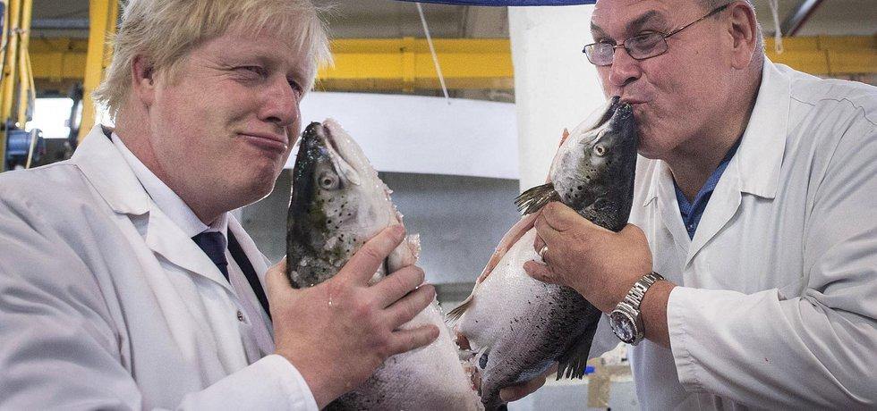 Boris Johnson s majitelem rybářství Gregem Essexem během brexit kampaně  (Autor: Stefan Rousseau, ČTK)