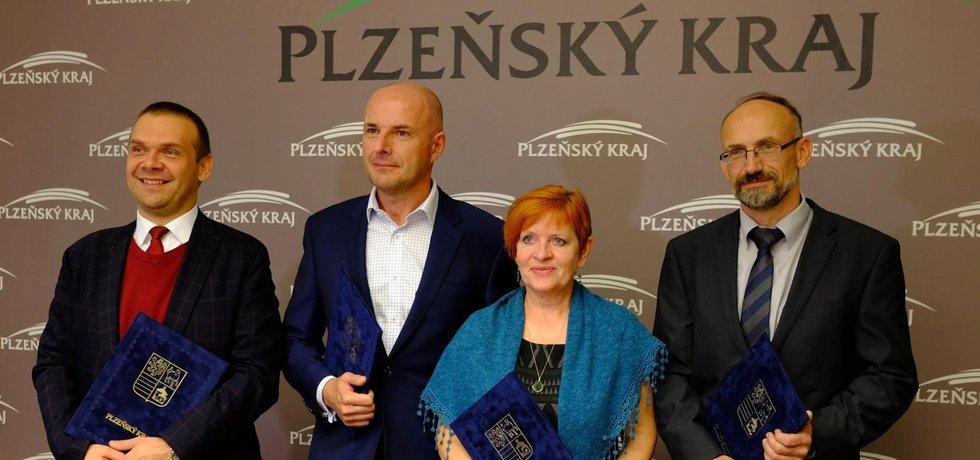 Zleva Martin Baxa z ODS, Josef Bernard z ČSSD (nastupující hejtman), Ivana Bartošová za Koalici pro Plzeňský kraj a Pavel Čížek za Starosty a Patrioty.