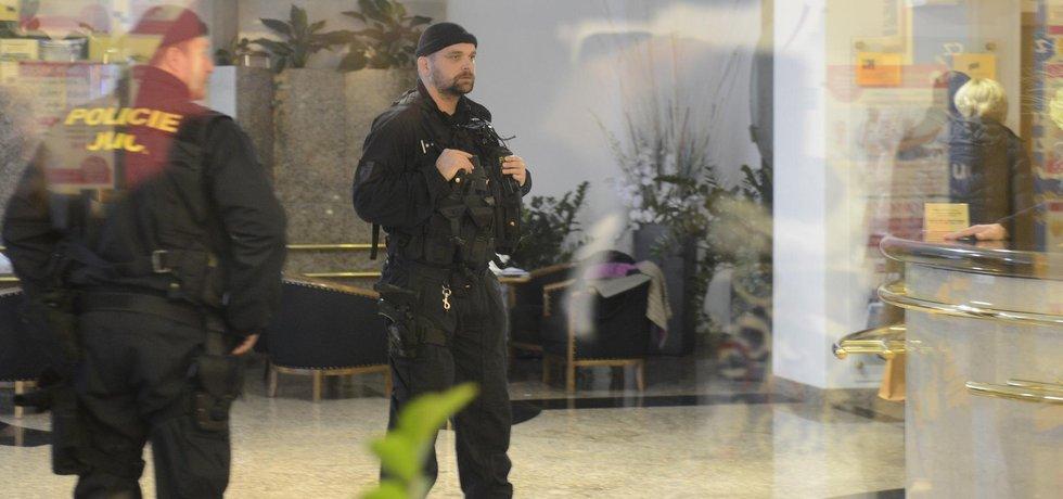 Policejní zásah v sídle EGAP (Zdroj: ČTK)