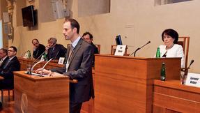 Prof. Eva Syková (vpravo) předsedá semináři na půdě senátu.
