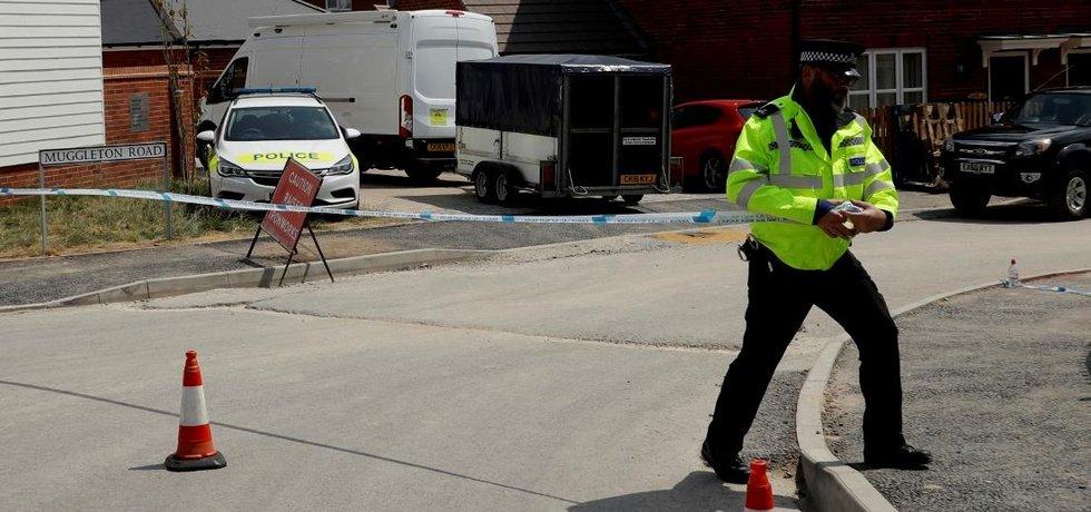 Britský policista zajišťuje v Amesbury místo, kde byl nalezen pár přiotrávený novičokem