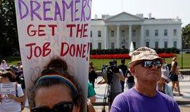 Demonstranti před Bílým domem protestují proti vyhoštění přistěhovalců, které v dětství do země přijeli se svými rodiči