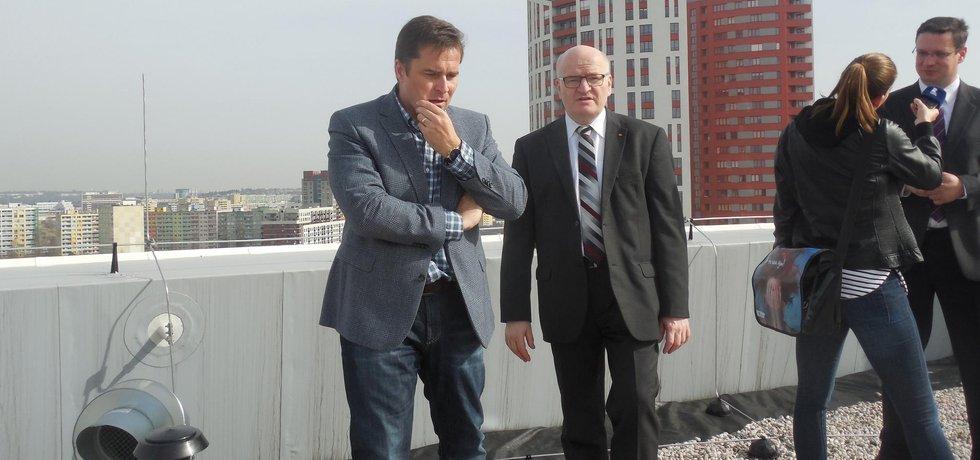 Ministr kultury Daniel Herman se starostou Praha 13 Davidem Vodrážkou při prohlídce střech archivu UPM. Střecha má být osázena fotovolatikou.