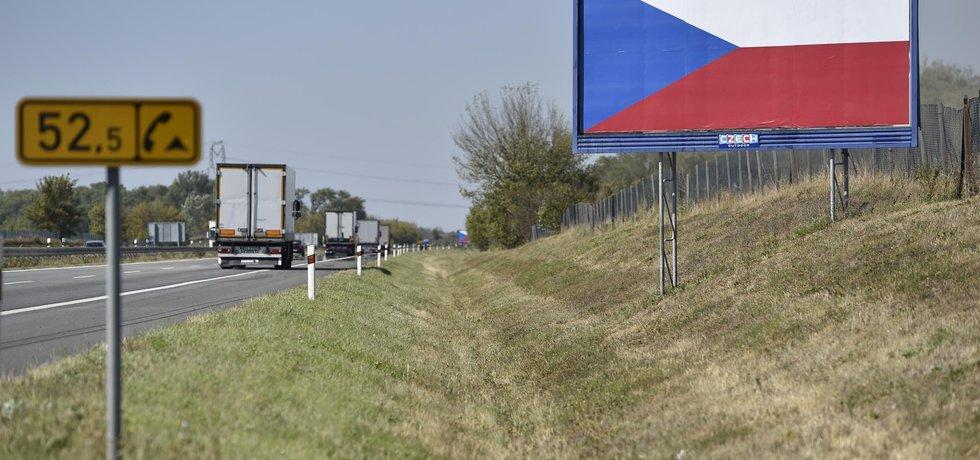 Provozovatelé reklamních ploch proti nové zákonné úpravě protestují vylepením motivu české vlajky