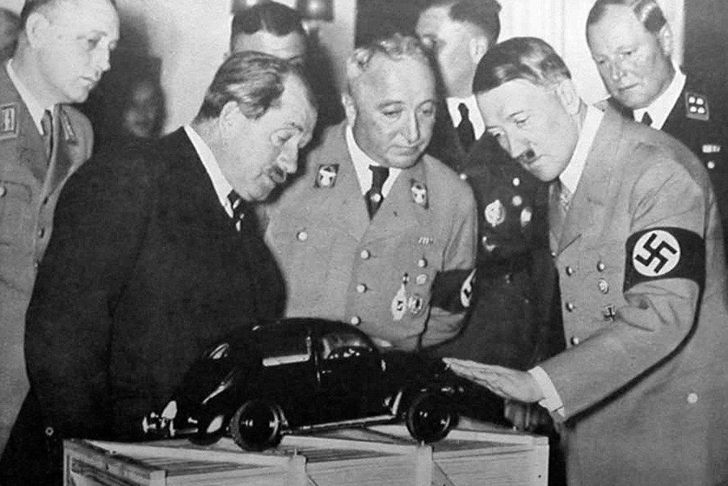 1935: Ferdinand Porsche a Adolf Hitler si prohlížejí model Volkswagen Beetle.
