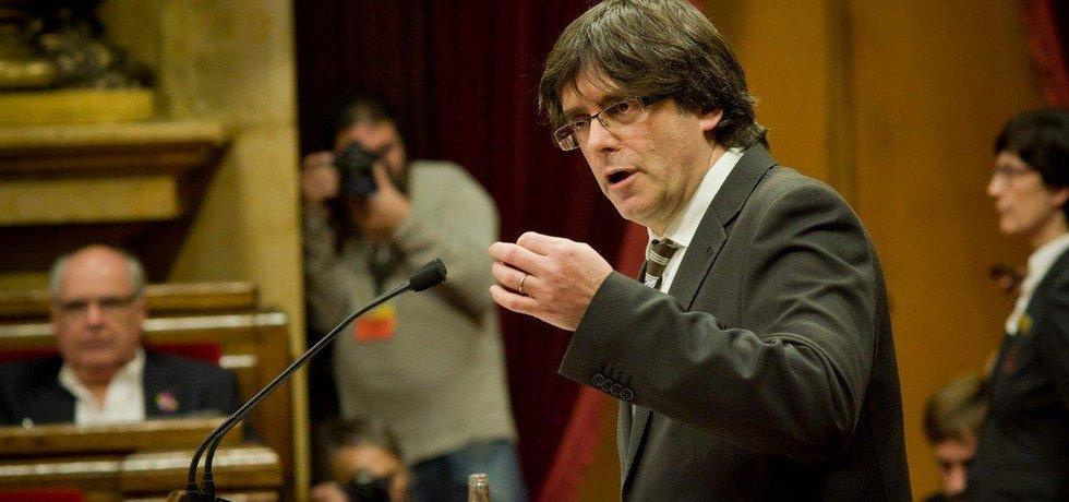 Carles Puigdemont promlouvá v katalánském parlamentu