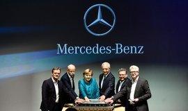 """""""Přísaha"""" na baterii. Letos v květnu se Angela Merkelová zúčastnila položení základního kamene továrny na baterie, kterou Daimler staví v saském Kamenci."""