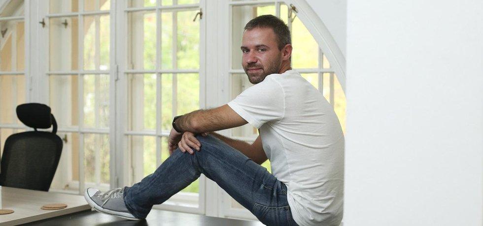 SkyOliver. Mladší bratr herců Vladimíra a Michala Dlouhých Oliver je zakladatel a šéf vyhledávače letenek Kiwi.com, který patří mezi nejrychleji rostoucí podniky v Evropě.