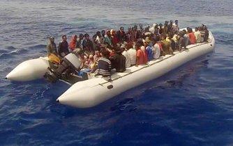 Migranti na člunu u italského pobřeží