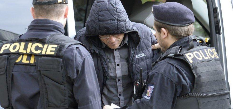 Policisté přivážejí obviněného soudce Ivana Elischera k pražskému obvodnímu soudu