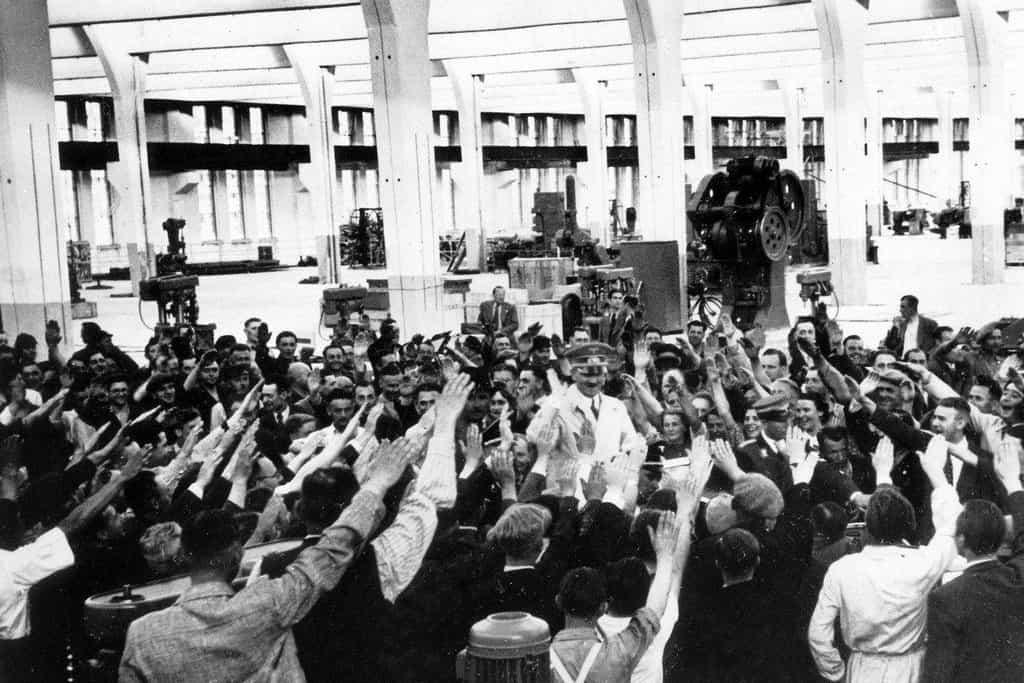 Zaměstnanci továrny Volkswagenu zdraví hajlováním Adolfa Hitlera.