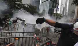 Demonstranti se pokusili proniknout do vládního komplexu a házeli na policisty kameny
