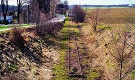 Po sto letech tragédie v česko-polském pohraničí přežívá hlavně jen díky vyprávění. Koleje dnes končí v Chuchelné, němým svědkem je už jen zarostlé nástupiště v Krzanowicích a stále dobře znatelná trasa v polích, kudy dřív koleje vedly.