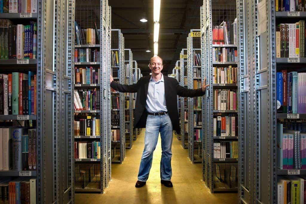 Jeff Bezos ve skladu s knihami v roce 2005.