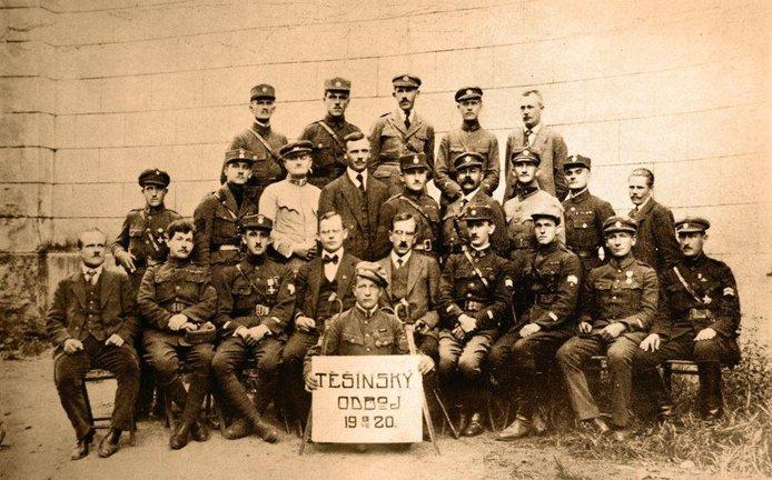 Teror a politické vraždy byly na Těšínsku každodenní realitou. Na začátku roku 1920 vznikla polovojenská organizace Polska Organizacja Wojskowa a její český ekvivalent Občanská obrana (velení organizace je na snímku)