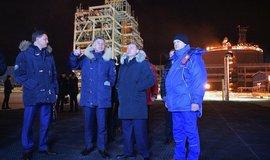 Vladimir Putin v továrně na zkapalněný zemní plyn Jamal LNG v přístavu Sabetta. Čína financovala třetinu projektu.