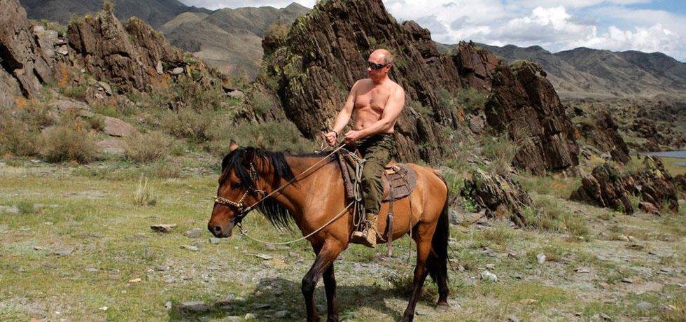 Putin na koni v přírodě