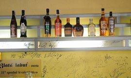 Nabídka lihovin ve smíchovském baru U Buldoka ve čtvrtek odpoledne.