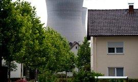 Chladící věž jaderné elektrárny Gundremmingen v Bavorsku. Blok B byl odstaven na konci roku 2017, blok C má být odpojen na konci roku 2021, ilustrační foto