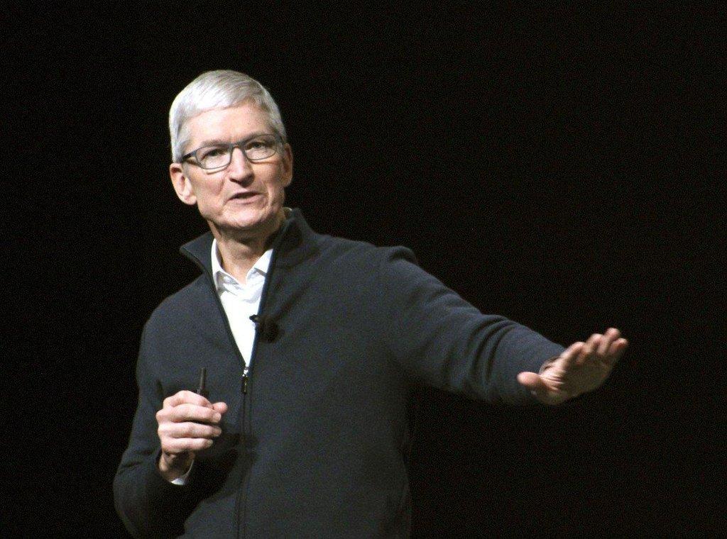 1. Tim Cook (Apple; 136,3 milionu dolarů) Cook si loni jen na základním platu a bonusech vydělal 15 milionů dolarů, což odpovídá 238násobku mediánu mzdy ve společnosti. Na vyplacených akciích pak získal dalších 121 milionů dolarů. Apple se však letos chystá omezit produkci, což se může promítnout i do Cookovy odměny.