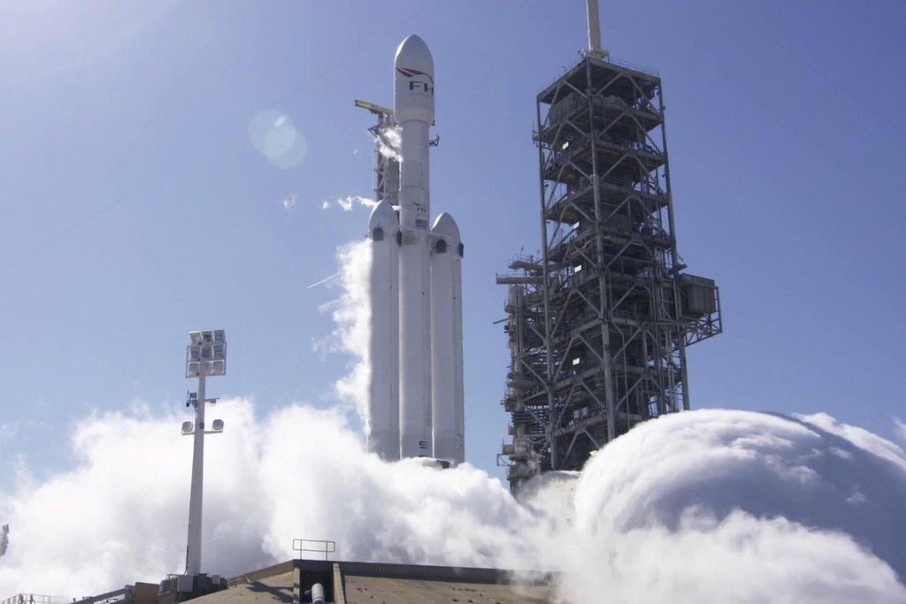 Raketa Falcon Heavy otevírá cestu k letům na Měsíc a k dalším expedicím v hlubokém vesmíru.