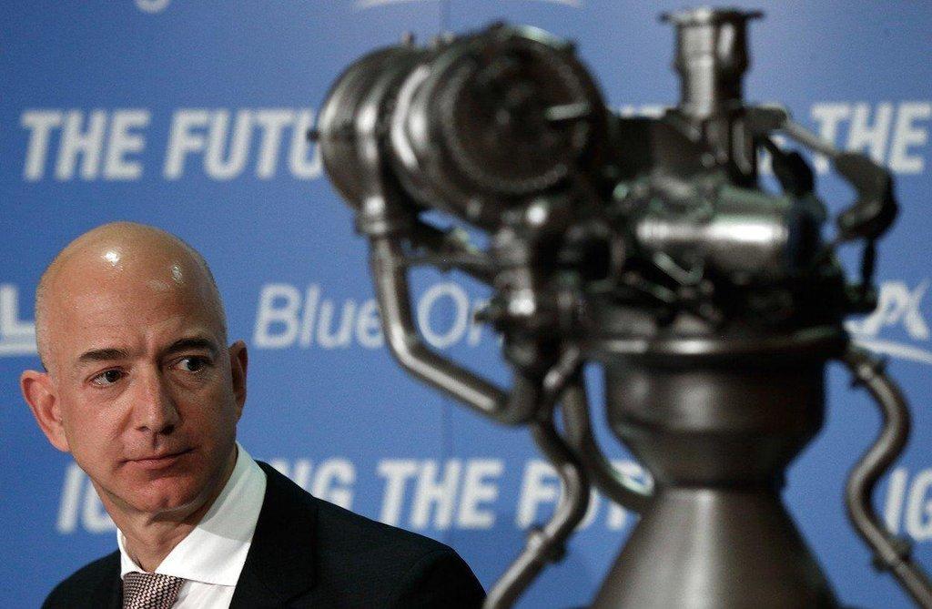 Jeff Bezos s raketovým motorem v roce 2014.