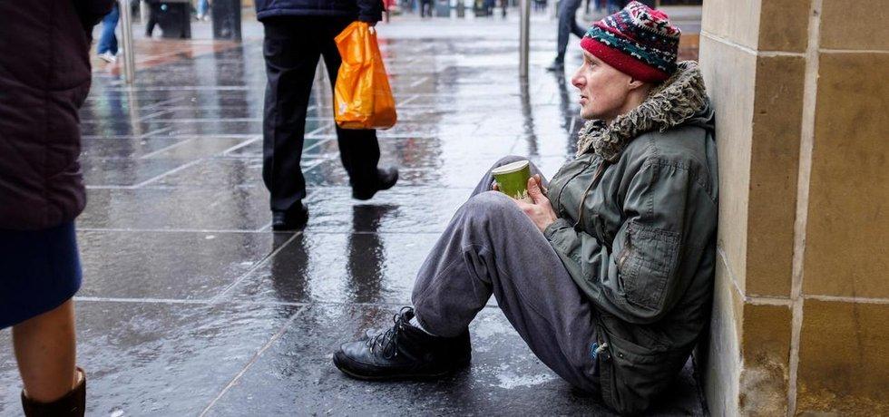 V ten samý den, kdy britská vláda zveřejnila statistiku nezaměstnanosti udávající ji na nejnižší úrovni za posledních deset let, byl Matthew Murray ze skotského Glasgow na ulici a bez práce již desátým rokem.