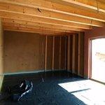 Během stavby krtkodomu je plánováno využití až 85 procent přírodních materiálů. Například hliněné omítky, dřevovláknité izolace, liapor v podlaze.