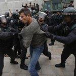 """""""Svět vidí, jak stát sahá k násilí,"""" prohlásil mluvčí katalánské vlády Jordi Turull."""
