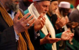 Francouzští muslimové při modlitbě