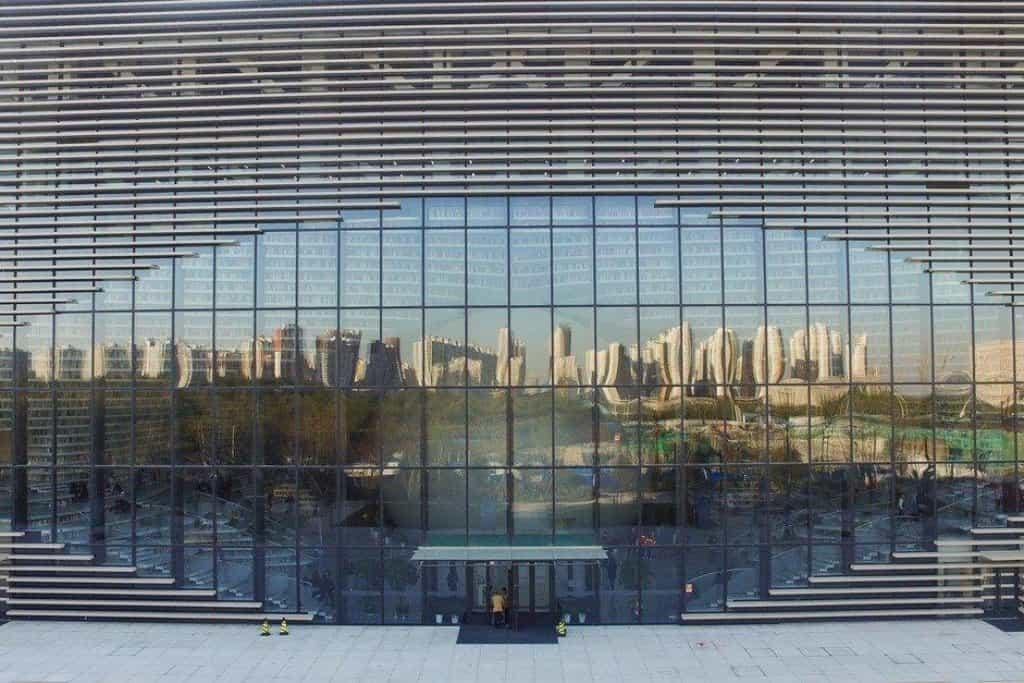 Pětipatrová budova je navržena tak, aby připomínala lidské oko