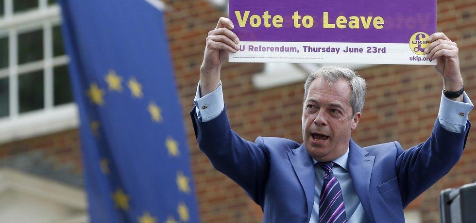 Europoslanec Nigel Farage (UKIP) během volební kampaně do letošního britského EU referenda