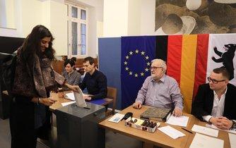 Volby v Německu. Záběr z jedné z berlínských volebních místností