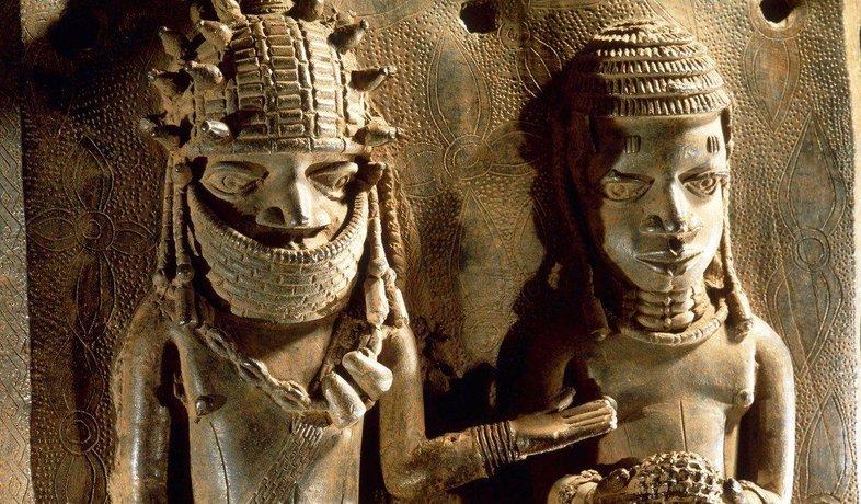 Bronzová plastika, kterou Britové odvezli z Beninu.