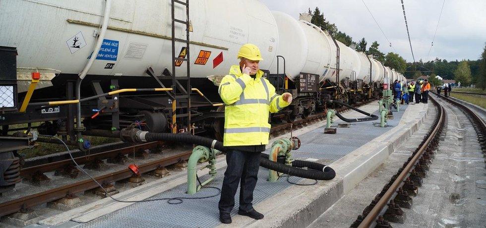 Čí je to nafta? Česko má fakturu ke každému litru nafty, která byla uskladněna v Německu. Má sepsaný i pohyb vlaků s ní. Německý správce konkurzní podstaty ale s odkazem na německé právo zpochybňuje její vlastnictví a žádá její vrácení.