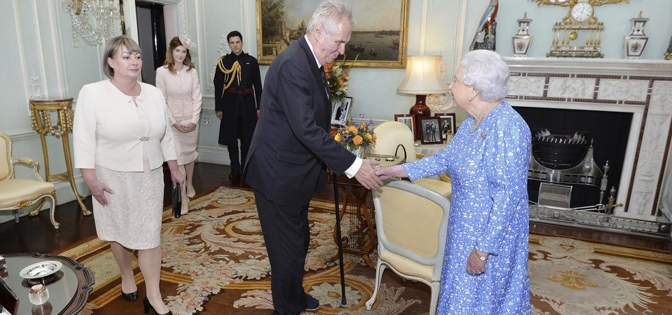 Britská královna Alžběta II. a český prezident Miloš Zeman s rodinou