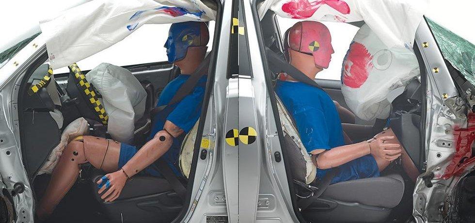V testu IIHS vykázala Toyota RAV4 na straně spolujezdce výrazně větší deformaci než u řidiče