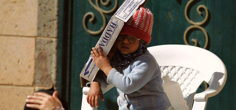 Dívka v Jemenu se chrání před sluncem