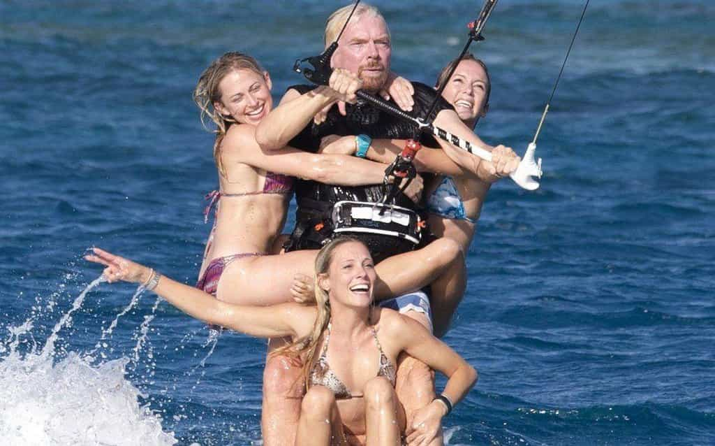 Richard Branson při kitesurfingu v roce 2014.