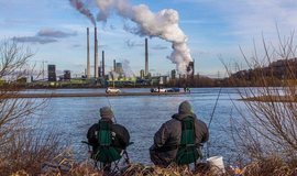 Rybáři na Rýnu. V pozadí ocelárna ThyssenKrupp