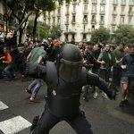 """Katalánský premiér Carles Puigdemont označil postup policie za """"neoprávněný, nepřiměřený a bezohledný""""."""