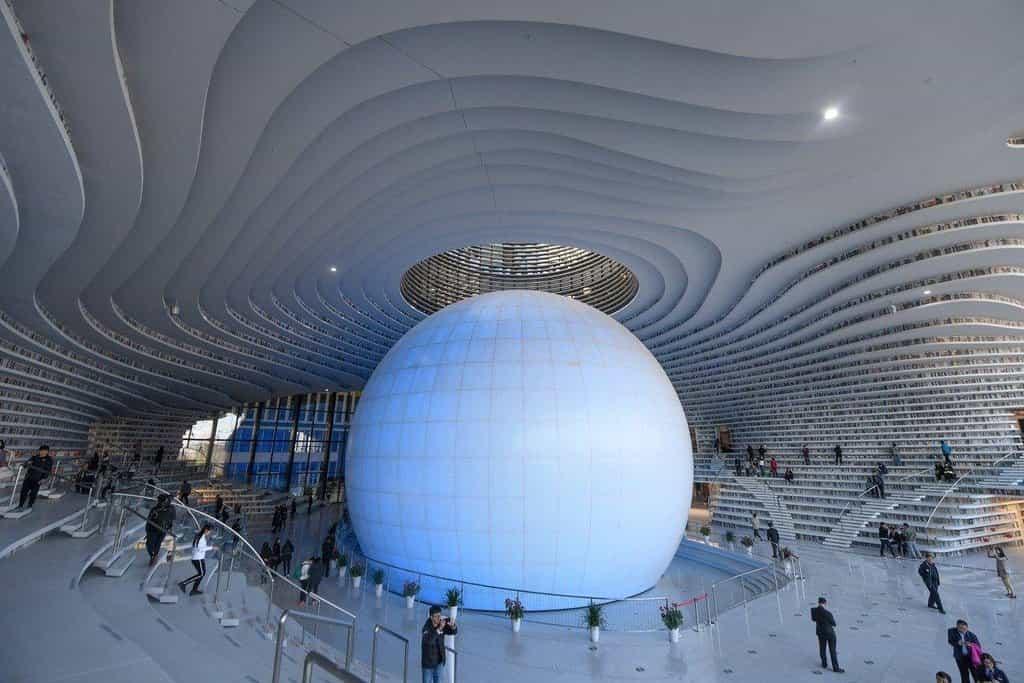V čínském městě Tchien-ťin byla otevřena nová knihovna, která se kromě enormního množství knih vyznačuje unikátním designem. Oválné police sahají od podlahy ke stropu