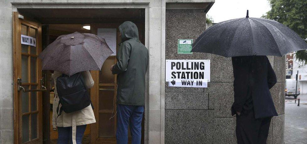 Britové čekají před volební místností před hlasováním o možnosti brexitu (Zdroj: čtk)