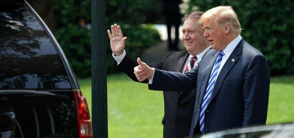 Americký prezident Donald Trump spolu s ministrem zahraničí Mikem Pompeem