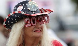 Podporovatelka Donalda Trumpa vyhlíží příjezd prezidenta do Palm Beach na Floridě.