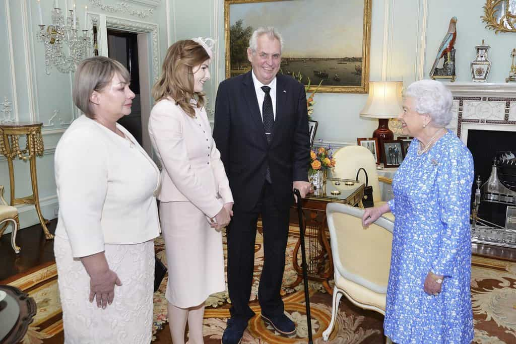 Rodina českého prezidenta Miloše Zemana při audienci u britské královny Alžběty II.