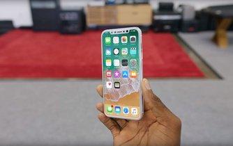Video Marquese Brownleeho alias MKBHD se schránkou telefonu Iphone 8 zaujala bezmála dva miliony uživatelů