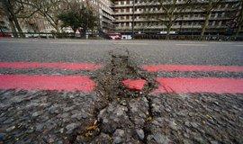 Británie dá 10 miliard na opravu silnic. Využije i umělou inteligenci