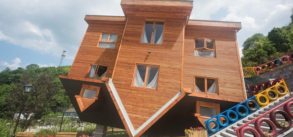 V čínském domě postaveném na střeše je všechno hlavou dolů. Návštěvníci v něm mají problémy udržet balanc.